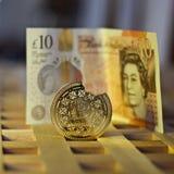 Bitcoinmuntstuk en pond Sterling Royalty-vrije Stock Afbeeldingen