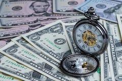 Bitcoinmuntstuk en uitstekend zakhorloge bij dollarbankbiljetten het gebruiken Royalty-vrije Stock Afbeelding