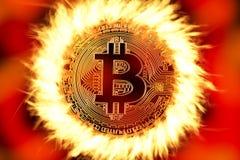 Bitcoinmuntstuk op brand stock foto's