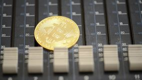 Bitcoinmuntstuk op de correcte mixerconsole Het idee van het concept stock video