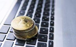 Bitcoinmuntstuk op een bovenkant van andere crypto muntstukken op een toetsenbord van laptop Bitcoin gouden muntstukken Cryptocur Royalty-vrije Stock Foto