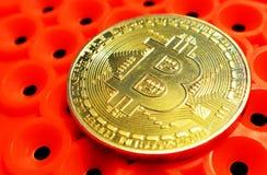 Bitcoinmuntstuk op oranje achtergrond stock afbeelding