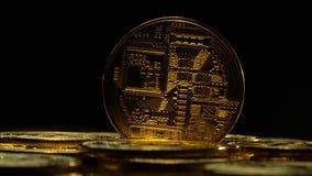 Bitcoinmuntstukken die veranderingskleur op een zwarte achtergrond spinnen Sluit omhoog stock video