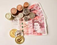 Bitcoinmuntstukken en Britse ponden royalty-vrije stock foto