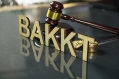 Bitcoinmuntstukken met bakktteken van hout en hamer met bezinning over de lijst wordt gemaakt, Slovenië - December dat zevenentwi royalty-vrije stock foto's