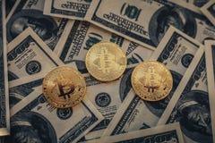 Bitcoinmuntstukken op honderd ons de achtergrond van de dollarsrekening Royalty-vrije Stock Foto