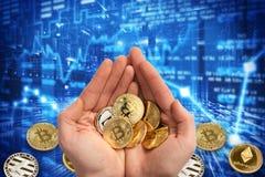 Bitcoinmuntstukken in twee palmen Bitcoin tegen de achtergrond is verspreide muntstukken Donkerblauwe achtergrond van het toeneme royalty-vrije stock afbeeldingen
