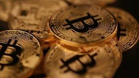Bitcoinnedgång för guld- mynt på den svarta tabellen lager videofilmer