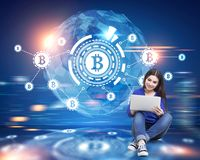 Bitcoinnetwerk, HUD, vage wereldkaart, vrouw royalty-vrije stock foto's