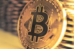 Bitcoinon bakgrunden av väggen av mynt Begrepp för valuta för ekonomitrender faktiskt digitalt fotografering för bildbyråer