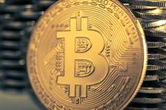 Bitcoinon bakgrunden av väggen av mynt Begrepp för valuta för ekonomitrender faktiskt digitalt royaltyfri fotografi