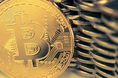 Bitcoinon bakgrunden av väggen av mynt Begrepp för valuta för ekonomitrender faktiskt digitalt royaltyfri bild