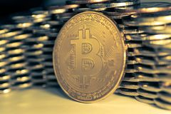 Bitcoinon bakgrunden av väggen av mynt Begrepp för valuta för ekonomitrender faktiskt digitalt arkivfoto