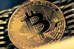 Bitcoinon bakgrunden av väggen av mynt Begrepp för valuta för ekonomitrender faktiskt digitalt royaltyfri foto
