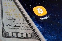 Bitcoinpictogram app op smartphone stock fotografie
