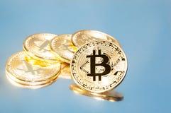 bitcoins几枚硬币在键盘说谎 明亮的焕发,定调子和弄脏 隐藏货币的概念 免版税库存图片