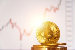bitcoins几枚硬币在键盘说谎 明亮的焕发,定调子和弄脏 隐藏货币的概念 免版税库存照片