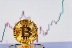bitcoins几枚硬币在键盘说谎 明亮的焕发,定调子和弄脏 隐藏货币的概念 库存图片