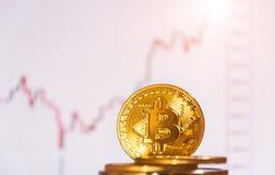 bitcoins几枚硬币在键盘说谎 明亮的焕发,定调子和弄脏 隐藏货币的概念 图库摄影