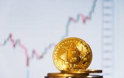 bitcoins几枚硬币在键盘说谎 明亮的焕发,定调子和弄脏 隐藏货币的概念 免版税图库摄影
