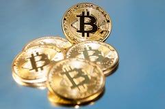bitcoins几枚硬币在键盘说谎 明亮的焕发,定调子和弄脏 隐藏货币的概念 库存照片