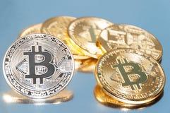 bitcoins几枚硬币  明亮的焕发,定调子和弄脏 隐藏货币的概念 图库摄影