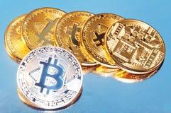 bitcoins几枚硬币  明亮的焕发,定调子和弄脏 隐藏货币的概念 库存照片