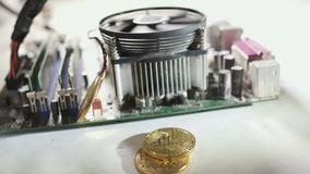 Bitcoins在慢动作的运转的主板附近跌倒 股票录像