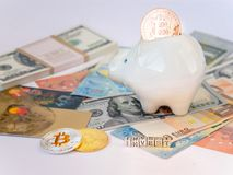 Bitcoins,新的真正金钱概念在存钱罐中 与名字的金bitcoins投资美元'欧元'背景 金黄硬币与 库存照片