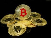 """Bitcoins †""""Wirtualne monety na czarnym tle obraz stock"""