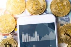 bitcoins, ευρώ και smartphone με το απόθεμα app Στοκ Φωτογραφίες