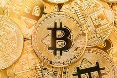 Bitcoins Φυσικά νομίσματα κομματιών Ψηφιακό νόμισμα Cryptocurrency Χρυσά νομίσματα με το bitcoin Στοκ Εικόνα