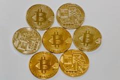 Bitcoins аранжировало в картине круга отражая Солнце стоковое изображение rf