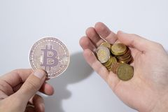 Bitcoins владением рук Cryptocurrency и монетки евро Стоковое Изображение
