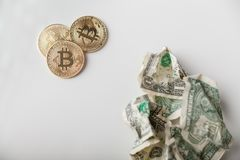 Bitcoins золота и скомканные доллары Стоковые Изображения RF