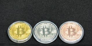 3 bitcoins, золото, siver и бронзы стоковые изображения rf