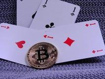 Bitcoins и играя карточки - 4 туза Стоковая Фотография