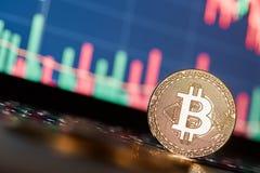 Bitcoins и новая виртуальная концепция денег Bitcoins золота с диаграммой диаграммы ручки свечи и цифровой предпосылкой Стоковые Фото
