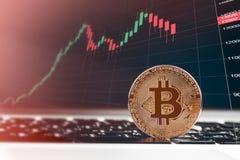 Bitcoins и новая виртуальная концепция денег Bitcoins золота с диаграммой диаграммы ручки свечи и цифровой предпосылкой Стоковые Изображения