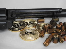 Bitcoins и оружие Стоковые Фотографии RF