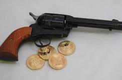 Bitcoins и револьвер Стоковое Изображение