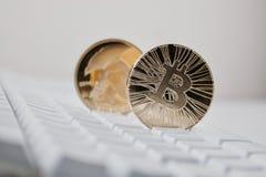 2 bitcoins на клавиатуре стоковые фото