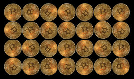 Bitcoins на черной предпосылке стоковые изображения rf