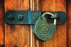 Bitcoins на padlock Стоковые Фото