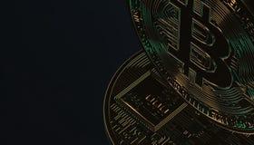 Bitcoins, новые виртуальные деньги на различной цифровой предпосылке, 3D представляет Стоковые Изображения