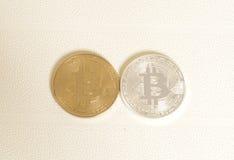 2 bitcoins серебр и золото на белизне Стоковое Фото