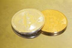 2 bitcoins серебр и золото на металле Стоковое Фото