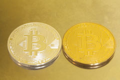 2 bitcoins серебр и золото на металле Стоковое Изображение RF