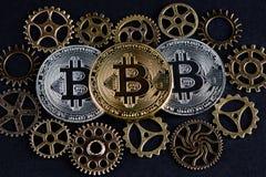 3 bitcoins среди различных колес cog Концепция Cryptocurrency Стоковые Изображения