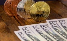 Bitcoins с долларами Стоковое фото RF